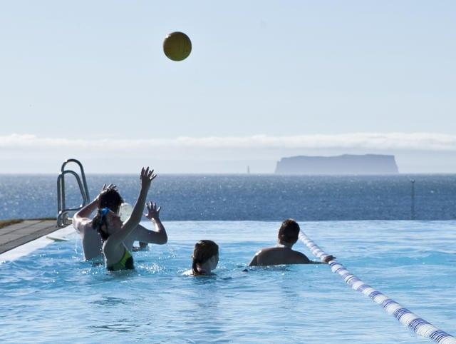 Туризм Исландии: как насчет посещения бассейнов в Исландии ?