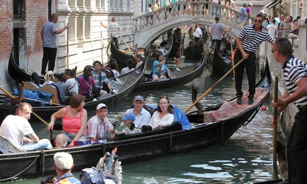 «Хамские» туристы в Венеции подвергаются преследованию по правилам «не сидеть»
