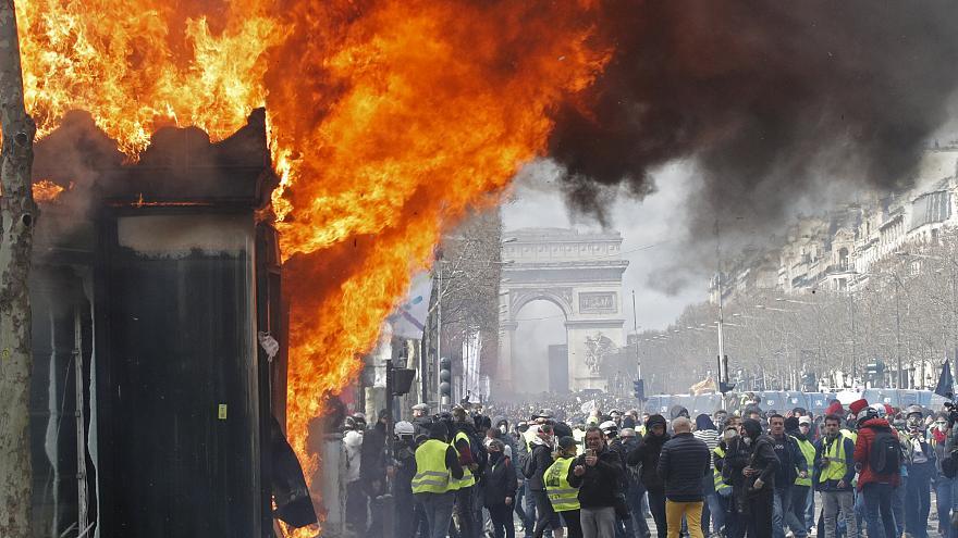 Французское правительство увольняет шефа полиции Парижа, угрожая запретить акции протеста «желтого жилета»