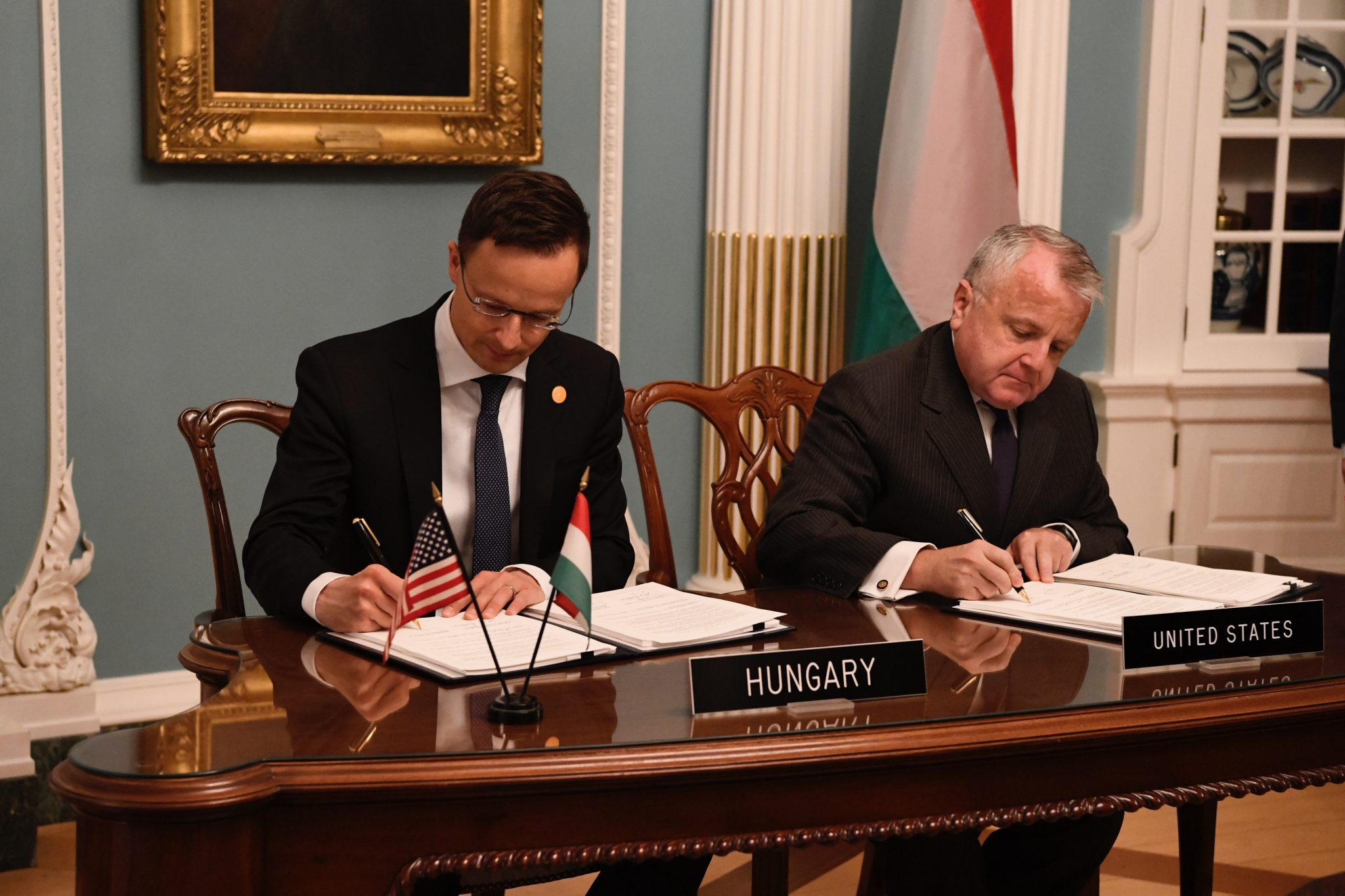 ДЭВИД Б. CORNSTEIN  ОБОРОНЫ  ПИТЕР СЗИЖЖАРТО  США ВЕНГРИЯ ОТНОШЕНИЯ  Венгрия и США подписали пакт о сотрудничестве в области обороны