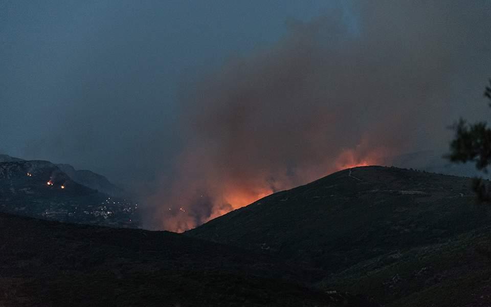 Пожарные возобновили усилия, чтобы погасить пламя на Эвии
